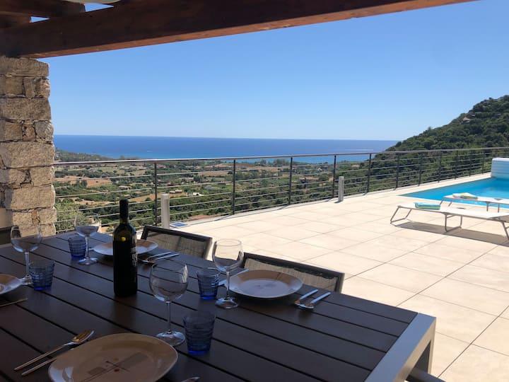 Villa d'architecte avec piscine et vue sur la mer