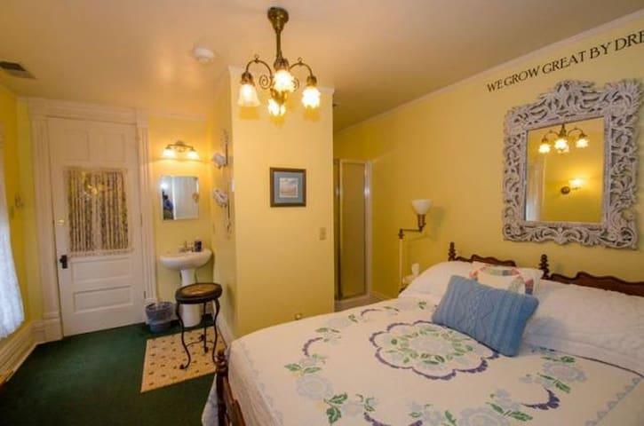 Seamus room at Innisfree Bed & Breakfast! - South Bend - Bed & Breakfast