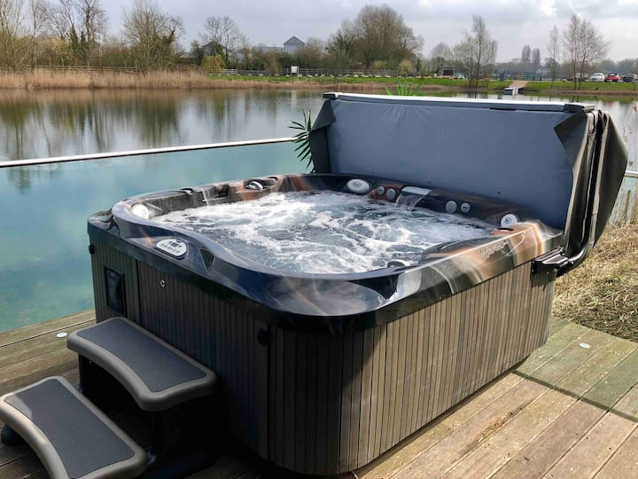 Cotswolds Luxury Lakeside Lodge, private hot tub