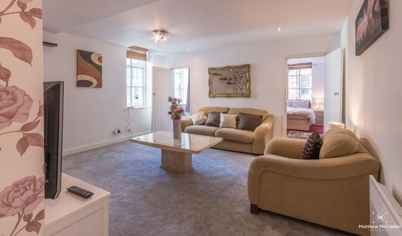 Stylish & Spacious 3 Bed Apt in Superb Location