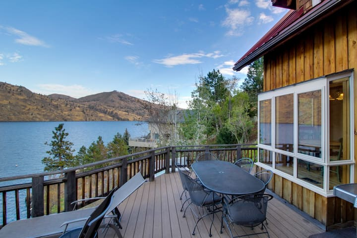 Lovely home on lakefront w/ private hot tub & dazzling Lake Chelan views!