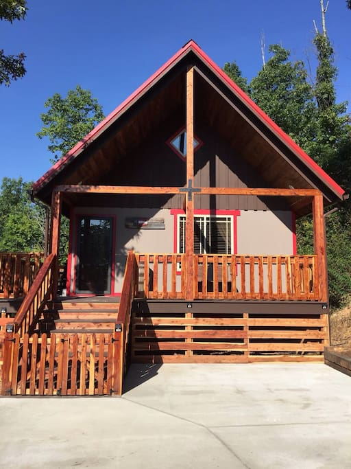 Welcome! Peaceful, cozy and quiet. Talley's Cabins' and Breakfast, Right Where You Want to Be.  For full descriptions, please check out www.talleyscabins.com.