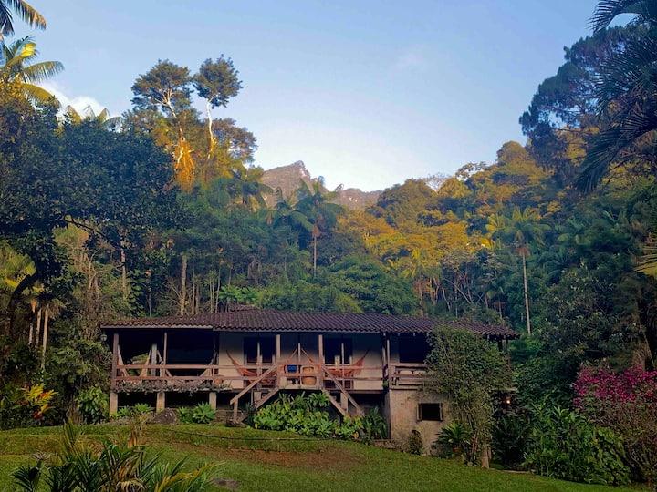 Casa com piscina natural, sauna e churrasqueira