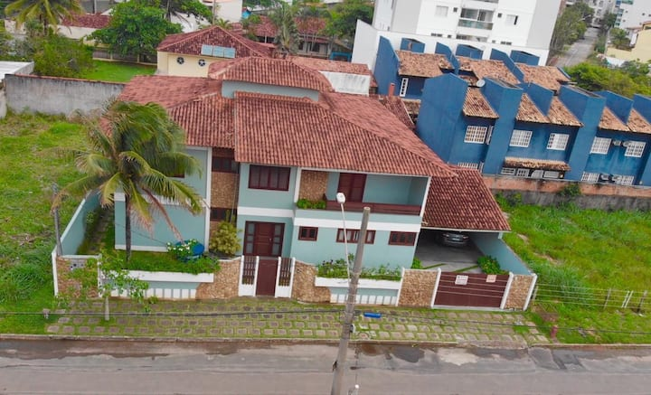 Casa com piscina, próxima à Praia de Peracanga.