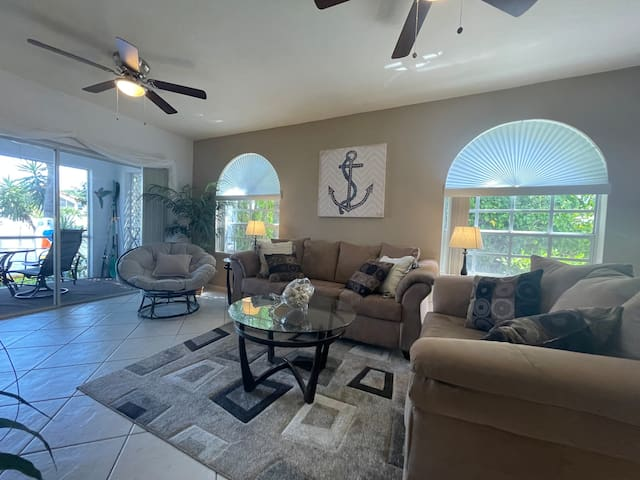 Spacious Living Room with Free Netflix, Cable TV, Available Roku, Hulu, and Prime Video with  Canal Views
