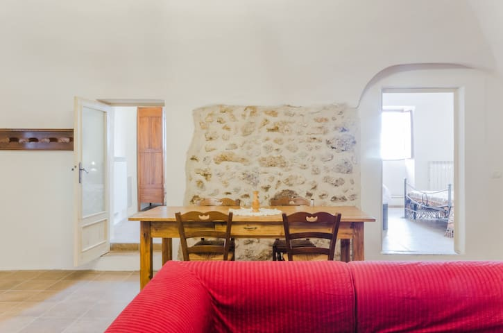 Charming stone house Calascio. View and courtyard - Calascio - Ev