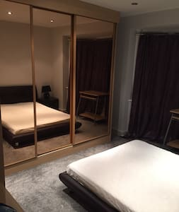 Double room in London (zone 3) in a family house - Mitcham
