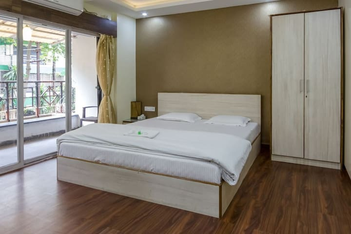 King Room With Balcony, AC & Wifi Near Osho Ashram