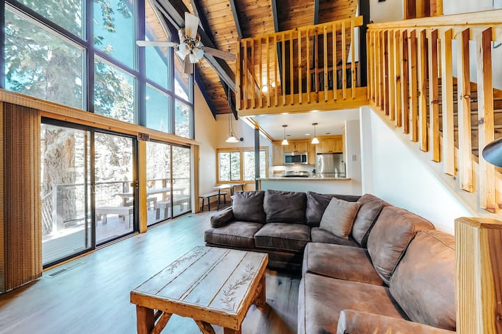 Charming mountain chalet w/ a private hot tub - close to skiing & the lake