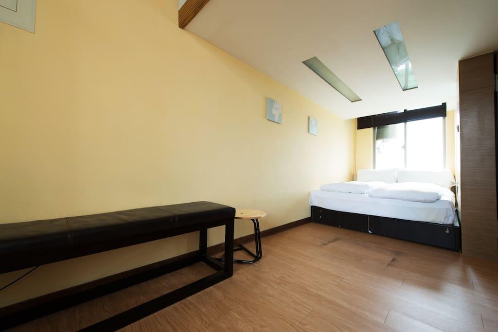 一樓雙人床與寬敞的空間