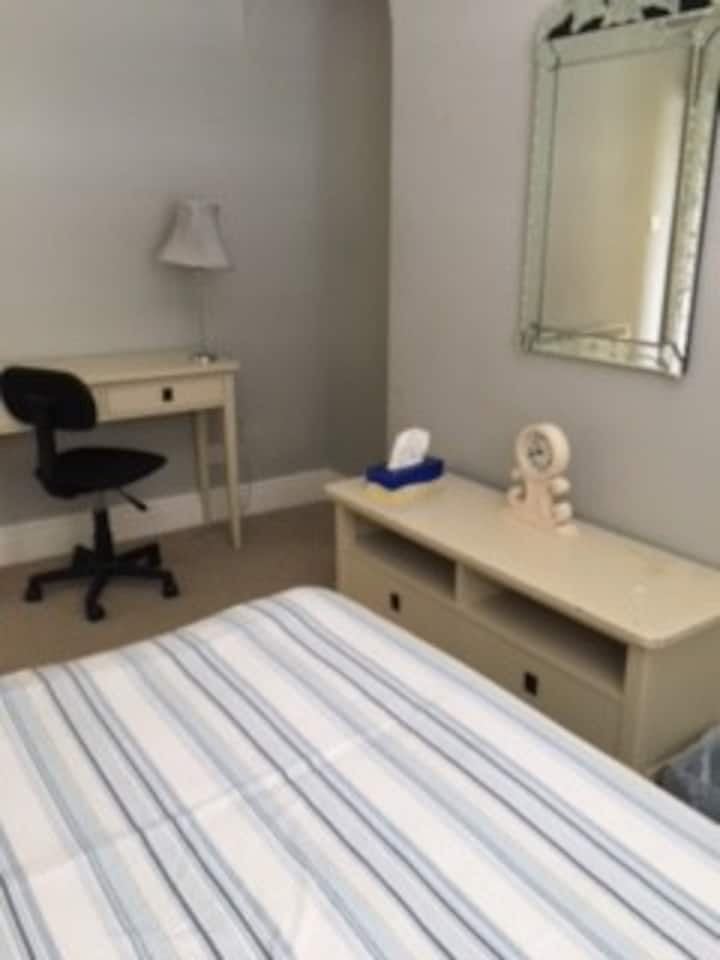Single room in town centre apartment