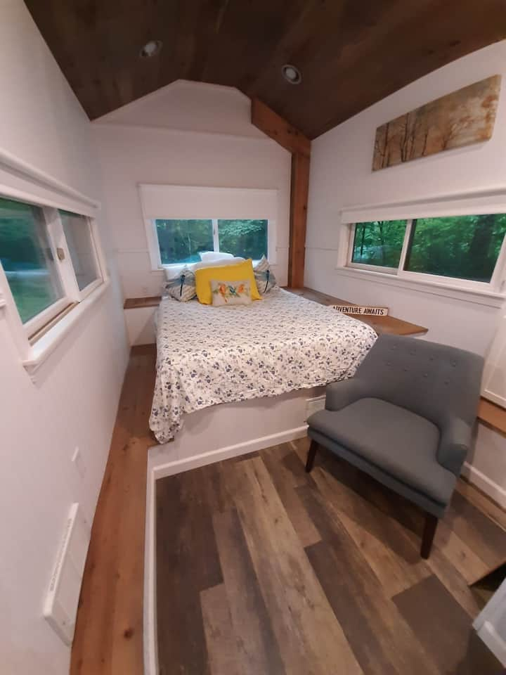 Lakefront tiny home in the woods