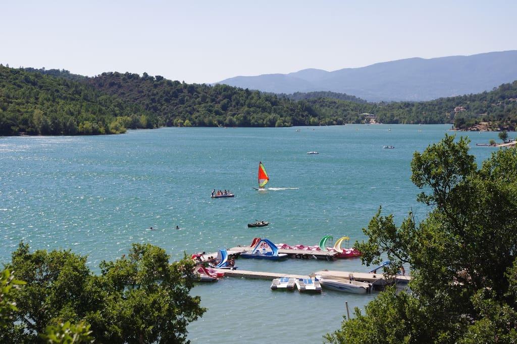 à 3000 m du lac de St Cassien , ses plages et sa réserve ornithologique . Le paradis du pêcheur.