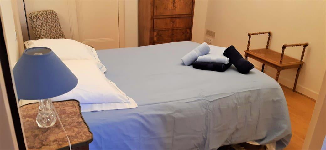 Chambre 1 avec lit double. Penderie + placard.