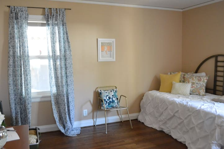 Comfy & Cozy private room near Hartsfield Jackson - East Point - Casa