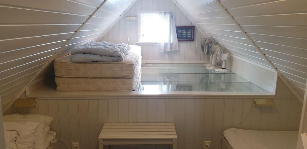 Soverom 1 mot Nord. Med 4 senger og 5 sengeplasser, en seng er 120 cm, en 75 og 2x90.