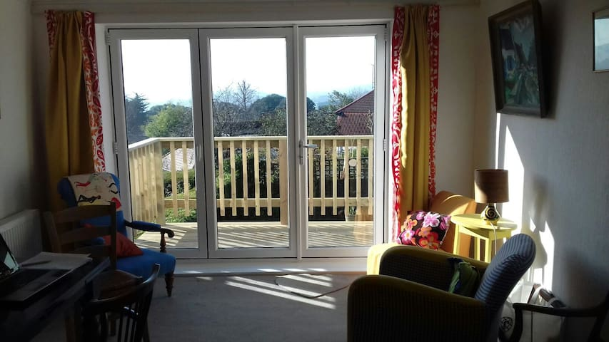 Close to Dartmoor and only 2 miles from the beach, this is an ideal location for a walking or seaside break. The garden , terrace and living areas are shared with the owner. - Bishopsteignton - Bed & Breakfast