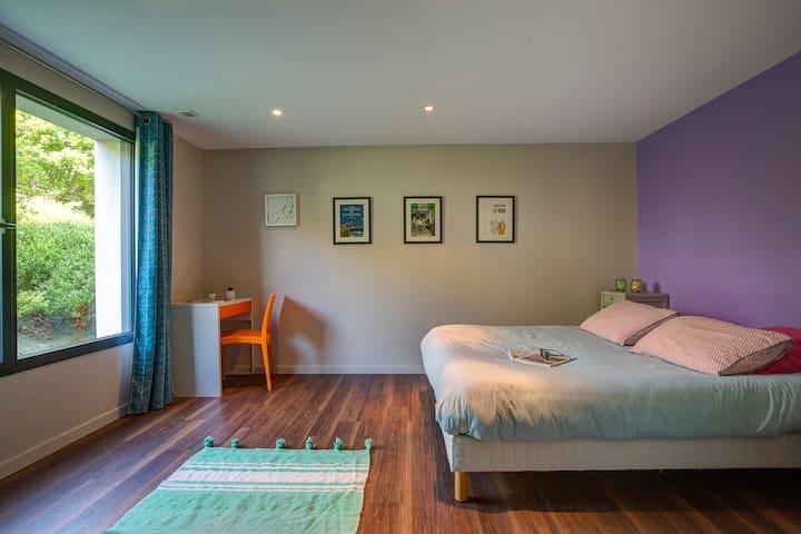 Parce que même en vacances, le sommeil est important, chacune des chambres sont équipées d'une literie de qualité. Ici, la chambre nº2 avec lit queen size (160X200cm).