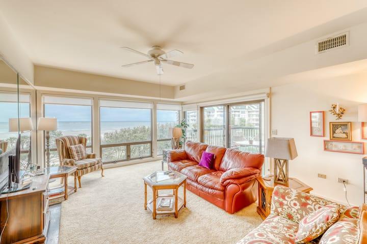 Third-floor oceanfront villa w/ shared pool & hot tub - steps to beach!