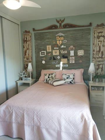 Quarto principal no 2º andar(suite) ( cama Queen). Esse quarto possui  uma varanda.Obs: O ambiente conta com ventilador de teto mais ventilador de chão.