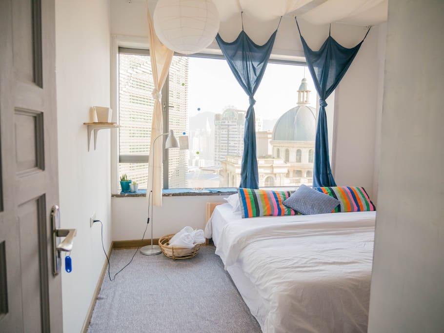 这个屋子的主色调是靛蓝色,这个床也是我们自己改造过的,你来了之后就能看出来啦。