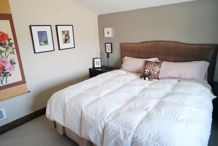 Bedroom (king) - upper level
