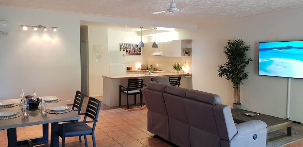 WHITSUNDAY APARTMENT, GREAT POOL, KITCHEN & WIFI