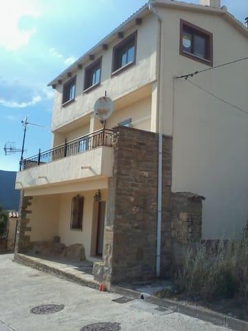 CASA DE PUEBLO EN ZONA TURÍSTICA - Yesa - Huis