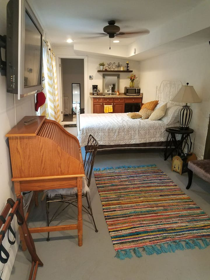 Cozy room with kitchenette, private entrance