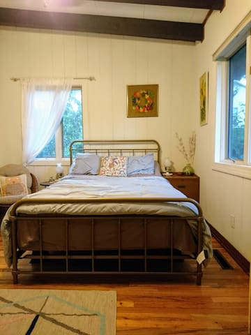 Bright Florida-inspired room in Midcentury Retreat