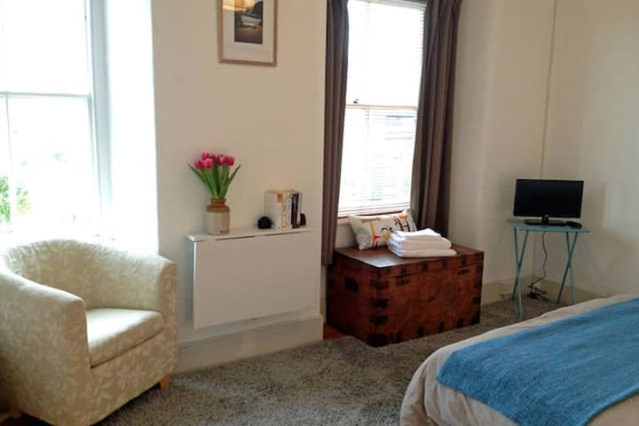 Selfcontained double room with kitchen and ensuite