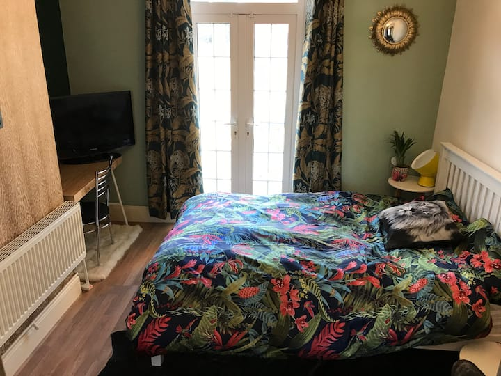 Bright and airy double room Moseley