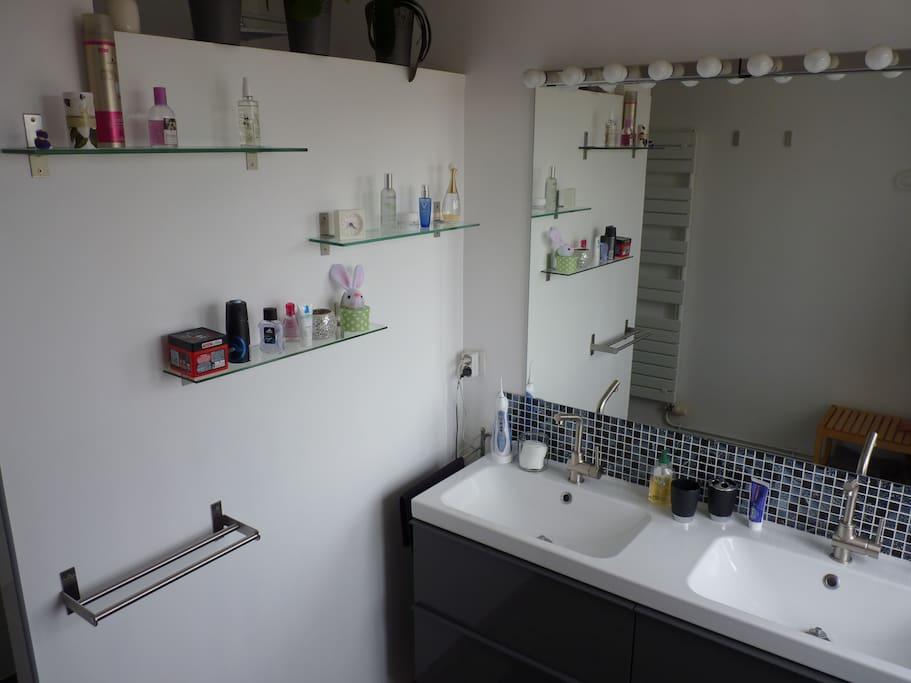 Salle de bain privative de 9  m², double vasque, grande douche.