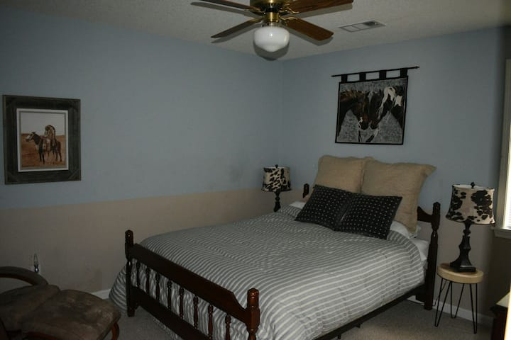 Horse Branch- private room with queen bed