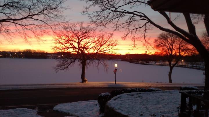 $1650/nite,10 guests, sunset lake views