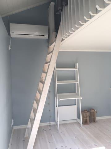 Stege till loft med övre säng. Skrivbord samt inredning nybyggt