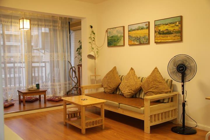 琼海市内精品电梯公寓;出入琼海的主干道旁,生活/出行皆便利;小区绿化覆盖率高,环境优美