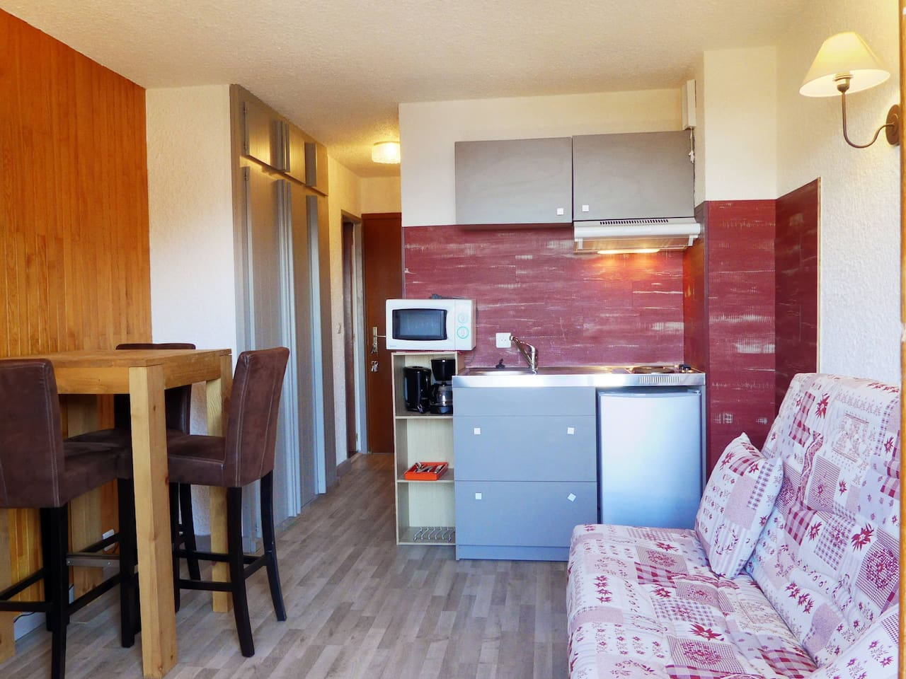 STUDIO RENOVE SITUATION IDEALE SKIS AUX PIEDS PROCHE DES COMMERCES / STUDIO IDEALLY SITUATED SKI IN & SKI OUT CLOSE TO SHOPS