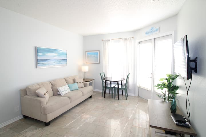 Bayside Retreat: 1st floor, steps away from beach!