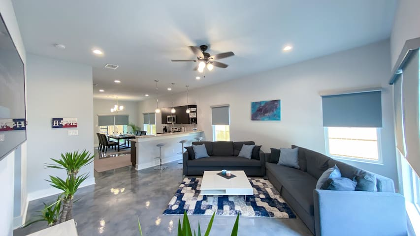 1UPSCALE DOWNTOWN Modern House! Sterilized & Clean