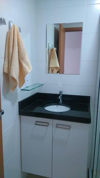 2 Banheiro com box de vidro, armários, totalmente equipado.