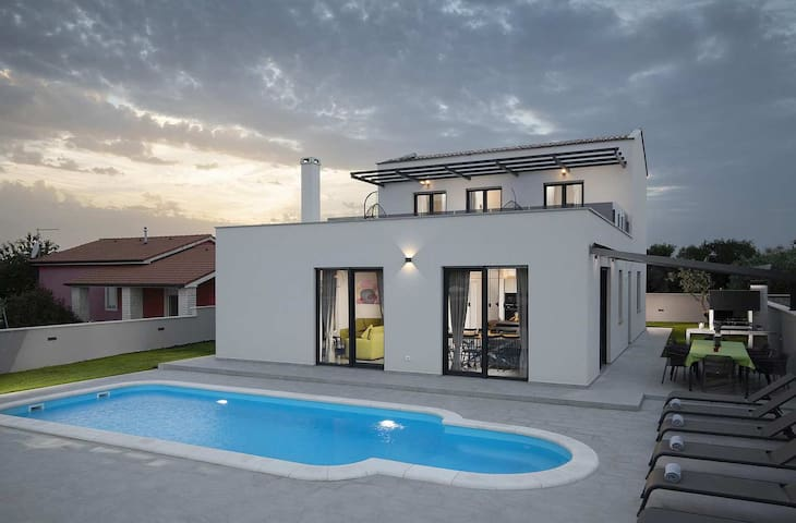 Modern Villa PerLe with pool near Pula