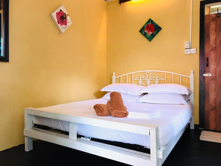 Blissful GuestHouse- 3 minutes walk to the beach