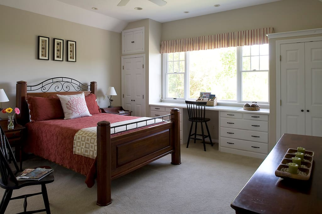 Queen bed with en suite bath and complimentary highspeed wi-fi
