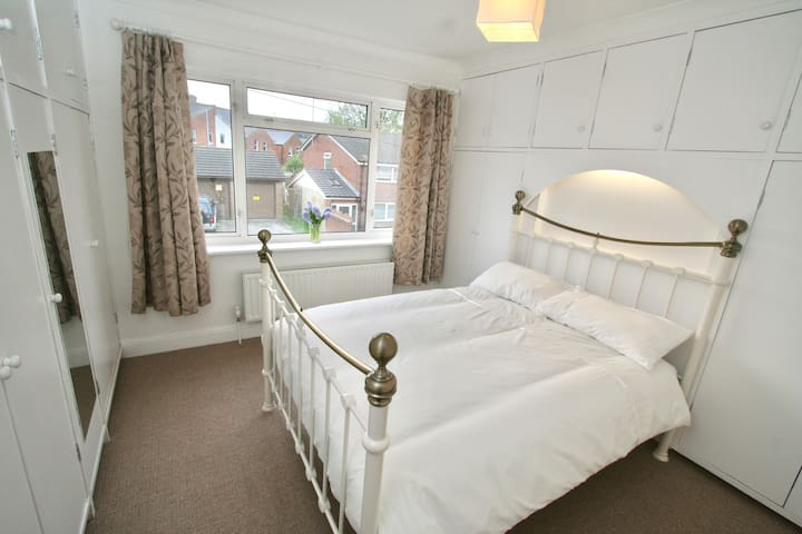 Large bright double room in clean friendly house. - Reading - House