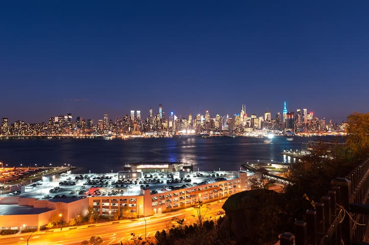 Room w/ view of Manhattan - Weehawken - Apartment