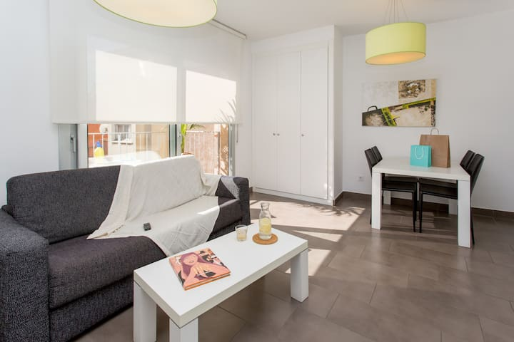 One Bedroom Apartment With Balcony Steps From Subway Station in BCN Center