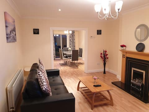 Modern 4 Bed House, easy access to Airport, Dublin