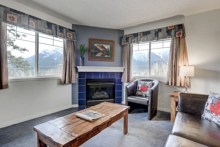 Great Views! Hot Tub! Bright, Sunny Mountain Condo