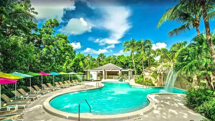 TROPICAL KING UNIT, POOL, PRIVATE BEACH